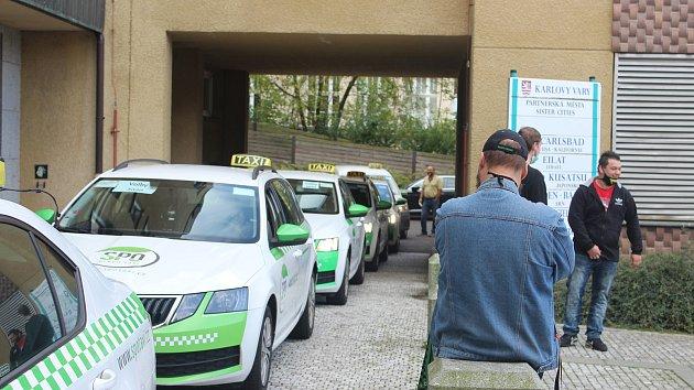 Jedenáct taxíků rozváželo v pátek v Karlových Varech materiál i komisaře do volebních komisí.