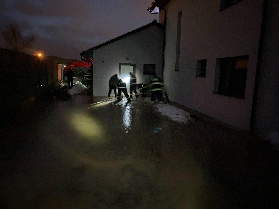 Voda se vylila z koryt a zaplavila sklepy. Hasiči ji odčerpali