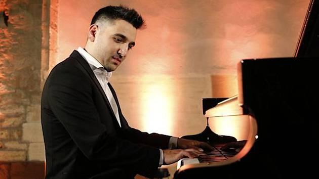 Karlovarský symfonický orchestr doprovodí talentovaného klavíristu Tomáše Kača.