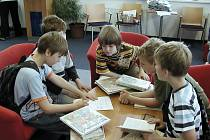 MALÍ ČTENÁŘI v knihovně.