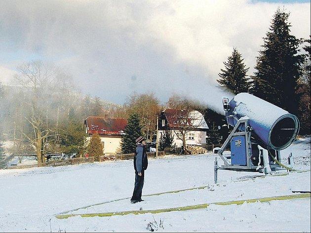 Díky technickému sněhu se o víkendu začne lyžovat v horských skiareálech v Karlovarském kraji. Například v Bublavě (na snímku) leží už pětatřicet centimetrů sněhu.