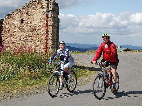 Hory plné cyklistů. Krušné hory jsou plné aktivních turistů ivletních měsících. Někteří cyklisté jsou však tak neohleduplní, že přidělávají horským záchranářům práci. (Ilustrační foto.)