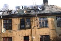 DŮM NENÍ ZTRACENÝ. Podle statika, který včera objekt prohlédl, se v něm bude moci dál bydlet. Důležité je ovšem budovu co nejdříve zastřešit.