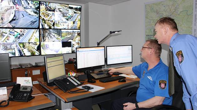Nové společné operační středisko, kde slouží s hasiči HZS Karlovarského kraje nově také strážníci karlovarské městské policie.