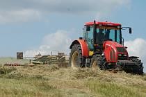 Zemědělci se v současnosti starají mimo jiné o výrobu sena
