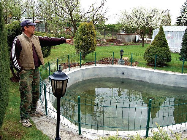 Zahrádkář Miloslav Vitoušek je zděšen současným stavem spodní vody v okolí Nové Role.