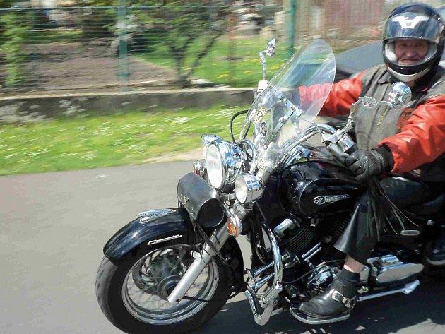 Motorkáři v Karlovarském kraji zahájili novou sezonu společným setkáním, vyjížďkou, bohoslužbou a požehnáním strojům.