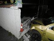 Zeď náraz nepřežila, ale řidič vyvázl bez zranění.