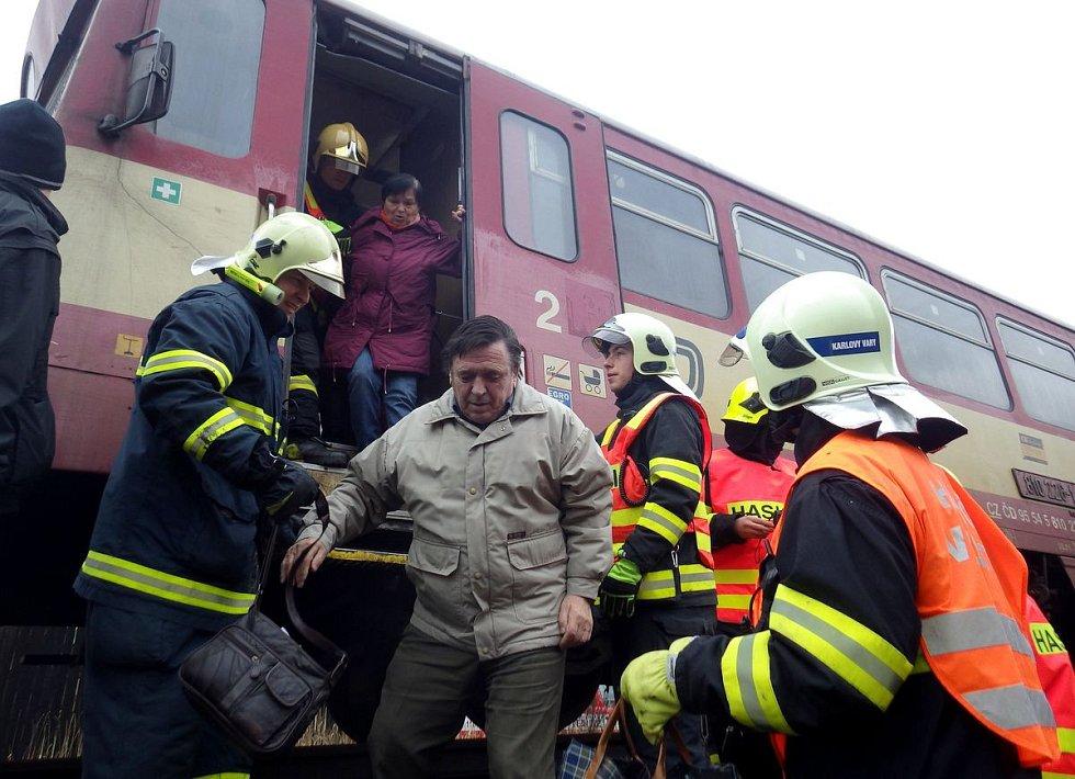 U Tepličky se střetl vlak s autem. Na místě je několik zraněných