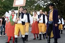 Úžas a obdiv sklízeli účastníci už sedmnáctého ročníku mezinárodního folklorního festivalu v Karlových Varech. Do lázní přijely soubory nejen z Čech, Moravy a Slezska, ale i z Rumunska, Sýrie, Konga, Nového Zélandu, Brazílie nebo Cookových ostrovů.