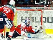 Hokejisté HC Energie (v bílém) ztratili vedení 4:2 a prohráli s Dynamem 4:5 po nájezdech.