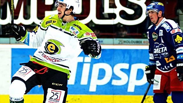 ÚTOČNÍK HC ENERGIE Martin Osmík jásá nad vstřelením gólu soupeři. Nad rozhodnutím zastupitelstva ale už hokejisté jásat nemohou. Požadovanou dotaci jim město patrně nedá.