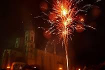 Silvestrovská noc byla rušná, nebe rozzářily desítky ohňostrojů.