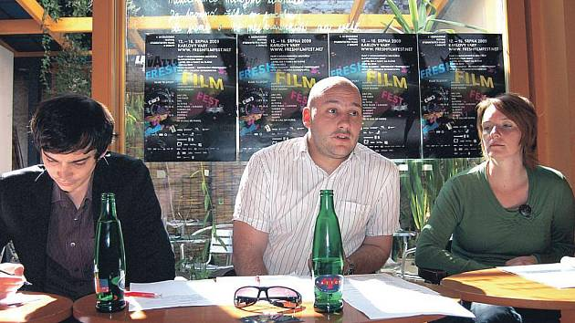 Program Fresh Film Festu představili organizátoři přehlídky (uprostřed Martin Pošta, vlevo programový ředitel Jakub Pelcman). Festival studentských filmů začíná 13. srpna.