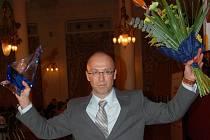 Gesto vítěze. Michal Paďour měl z ceny za mimořádný přínos kraji neskrývanou radost.
