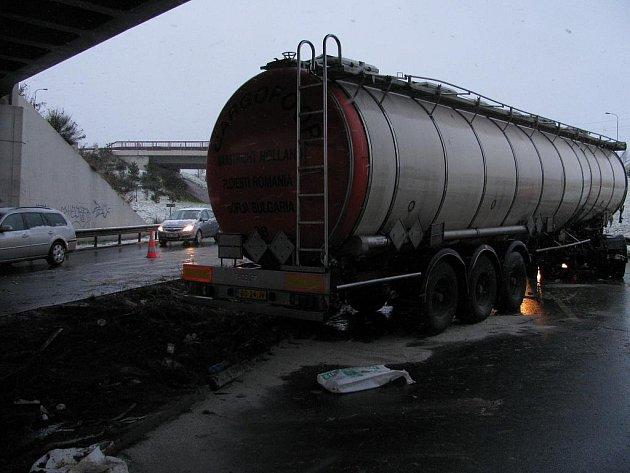 Dopravu na průtahu městem ve středu ráno zablokovala nehoda kamionu.