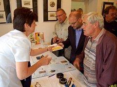 Představení nové poštovní známky věnované žlutickému rodákovi