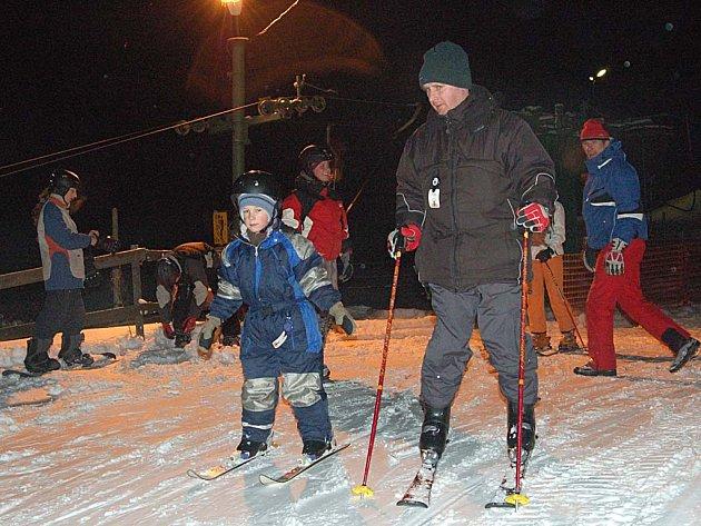 Pernink jede. Areál pod nádražím v Perninku přivítá v týdnu lyžaře při večerním lyžování. (Ilustrační foto.)