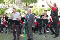 Milan Veselý (vpravo) dává do Veselky spoustu sil. Někdy si dokonce na muzikanty vyskočí. U mikrofonu sobotního koncertu se představili Míra Zábranský, jeho bratr Bohumil (na snímku), dcera kapelníka Eva Kroupová a Stanislava Zajíčková.