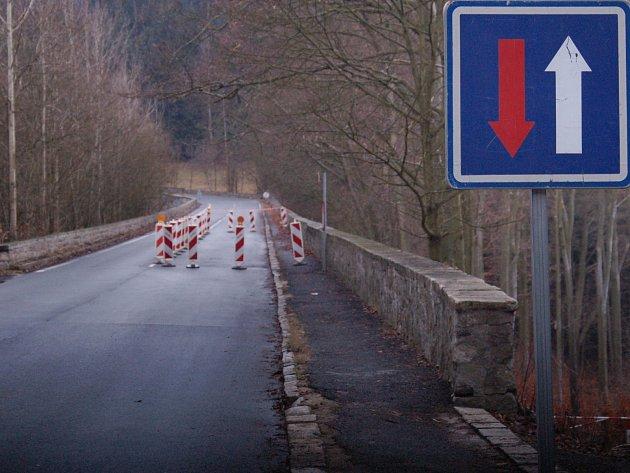 POZOR. Na komunikaci Stará Pražská se drolí opěrná zeď. Zda magistrát opraví celou komunikaci, či pouze úsek havárie, to nyní radní zvažují. Řidiči by zde ale měli být opatrní.