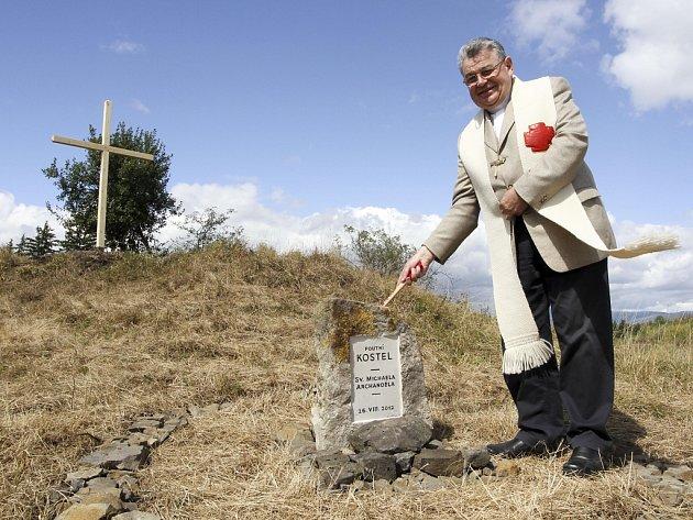 Kardinál Dominik Duka požehnal 26. srpna ve vojenském újezdu Hradiště na Karlovarsku, v místě zaniklého města Doupov, základní kámen kostela sv. Michaela.