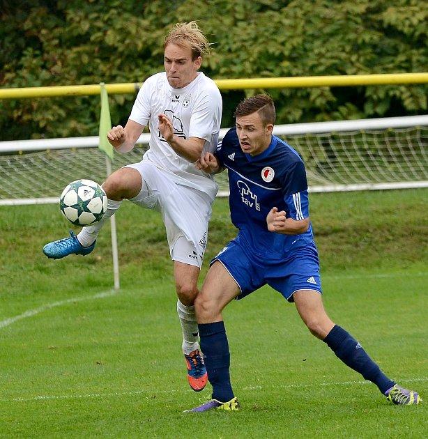 Krajské divizní derby nevyšlo hráčům Mariánských Lázní (vbílém) podle jejich představ, když museli skousnout potupnou prohru 0:6.