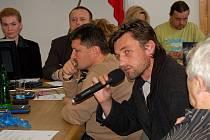 """""""Vysvětlím vám to osobně"""". Radní Radek Novák (s mikrofonem) odmítl na zastupitelstvu vysvětlit, co je pravdy na tom, že ho na radnici shánějí exekutoři."""