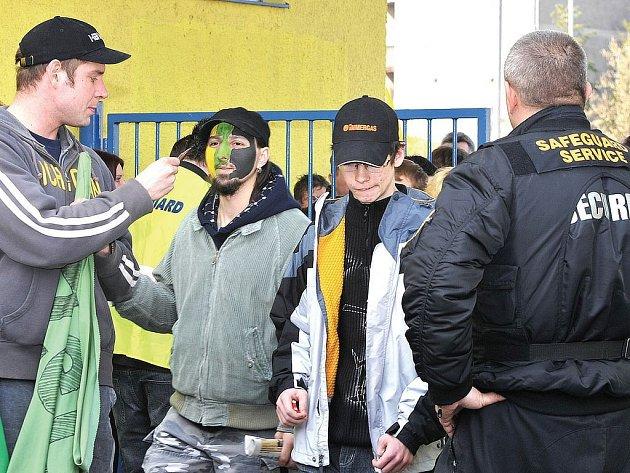 HOKEJ POD KONTROLOU. Plné ruce práce mají při finálových utkáních nejen pracovníci ochranky (na snímku), ale i policisté a strážníci. (Ilustrační foto.)
