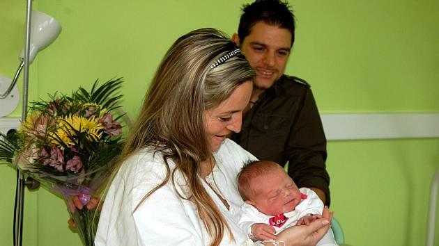 HEJTMAN JOSEF NOVOTNÝ předal pyšné mamince Nikole Novekové květiny a šek na pět tisíc korun.