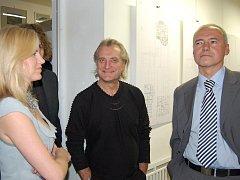 Na snímku Leona Machálková s Bořkem Šípkem (uprostřed) a Zdeňkem Roubínkem.