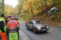 Ke kuriózní nehodě došlo v pátek dopoledne v Karlových Varech. Auto s rusky hovořící posádkou sjelo z ulice 5. května svahem nad Bezručovu ulici a narazilo do stromu.