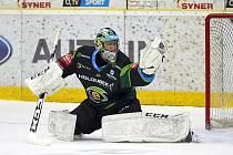 Šestnáctiletý brankář HC Energie Karlovy Vary Jan Bednář okusil i nástrahy extraligy mužů.