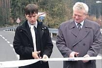 Silnici třetí třídy v Nejdku mimojiné otevřeli náměstek hejtmana Petr Navrátil (vlevo) a starosta města Vladimír Benda.