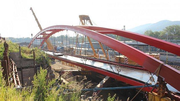 Usazování nové lávky pro pěší z Horního nádraží Karlovy Vary na sídliště Růžový vrch.