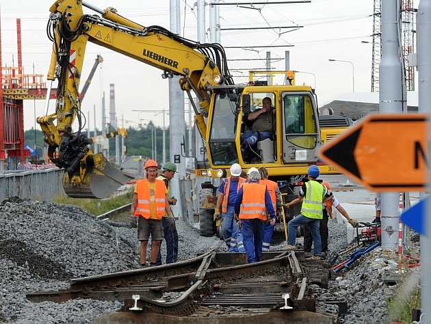 Dělníci opravují železniční trať.