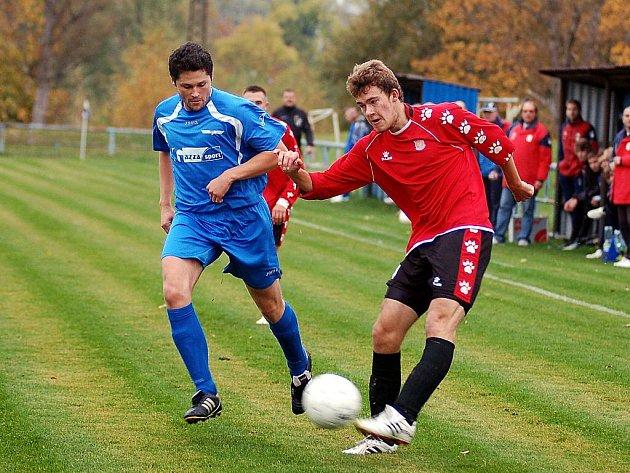 V 10. kole krajského fotbalového přeboru hostili fotbalisté karlovarské Lokomotivy (v modrém) na stadionu na Růžovém Vrchu fotbalisty Unionu Cheb (v červeném), se kterými uhráli nerozhodný výsledek 1:1.