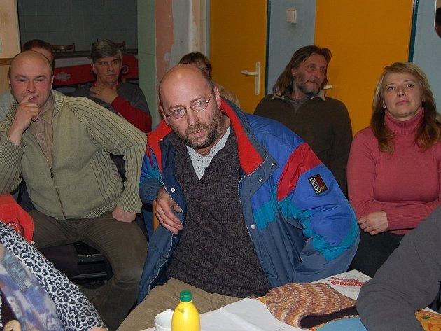 ODVOLANÁ A ODSTOUPIVŠÍ. Nicole Dlouhá (vpravo), Petr Bohdálek (uprostřed) a Michal Krul na úterním jednání členů sdružení Naděje pro Jáchymov.