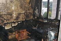 Požár. zlikvidovali hasiči za několik minut. Zatím není jasné, kdo oheň způsobil. Jisté však je, že v bytě neměl nikdo být.