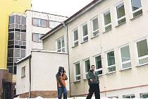 Pavilon sokolovské nemocnice, kde jsou nová plastová okna. V pozadí budova gynekologicko–porodnického a dětského oddělení, kde na zateplení pavilonu teprve čekají.