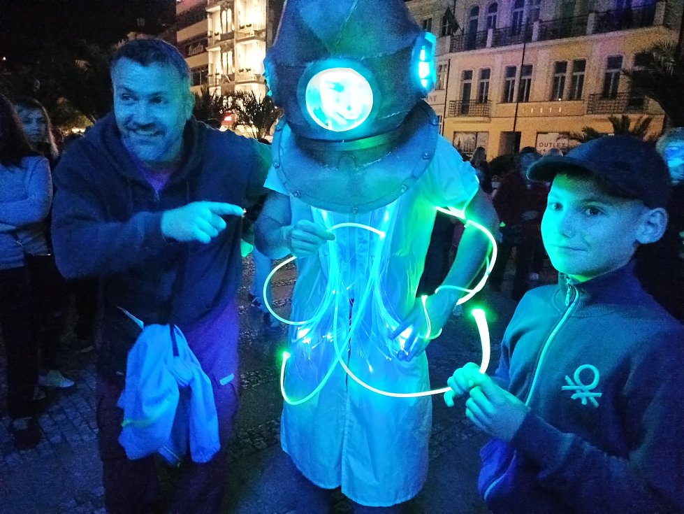 Festival světel přilákal do ulic v centru Karlových Varů i přes rostoucí počet nakažených tisícovky lidí.