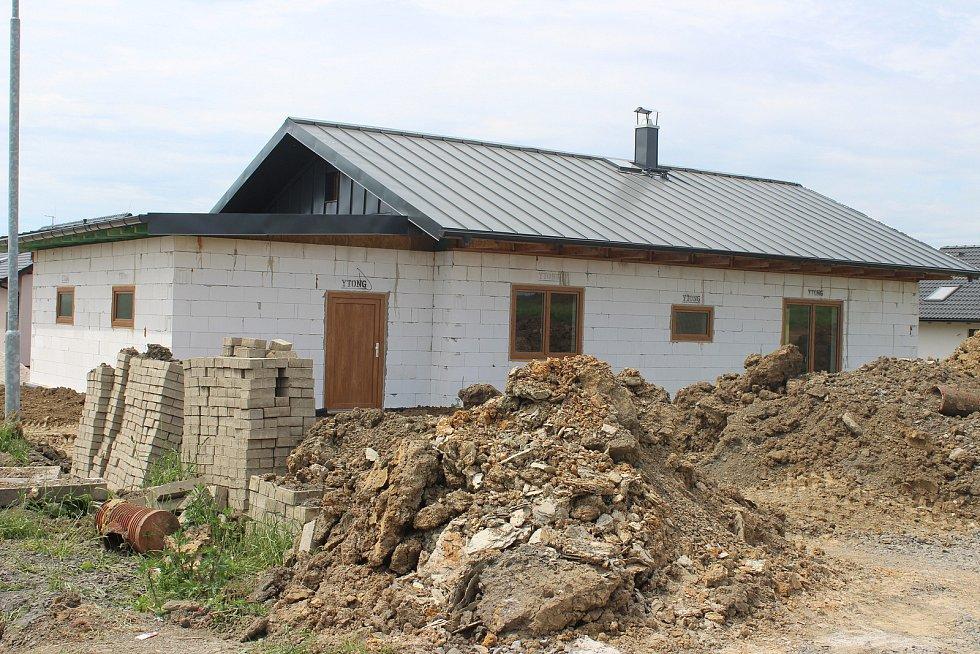 Nových domů v Otovicích přibývá.