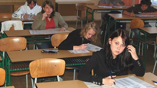 BOJOVALI O MÍSTO. Deváťáci skládali zkoušky na střední školy. Na karlovarské obchodní akademii v Bezručově ulici byl zájem žáků poměrně slušný.