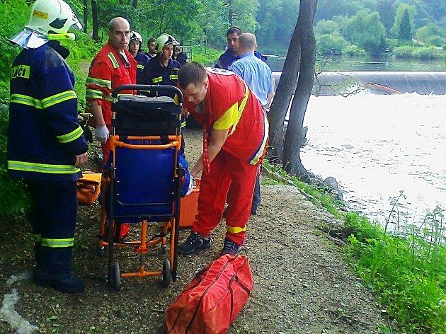 Vodákům, kteří se převrátili na jezu v Lokti, museli pomoci záchranáři.