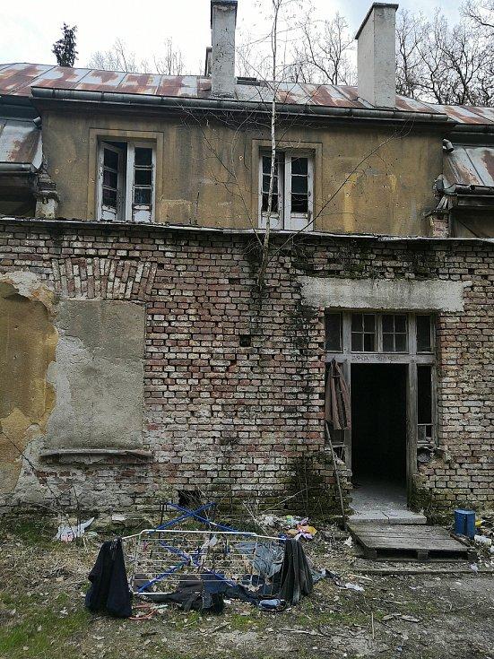 V takovém stavu zůstala hájenka, kde Belgičan nějakou dobu žil.