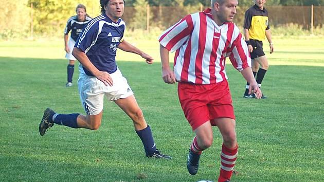 Radek Stockner (v modrém) dotáhl svůj tým k důležitému vítězství.