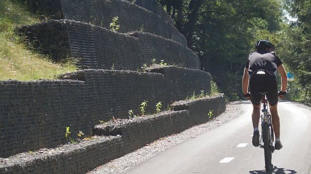 Na tento úsek mezi Jáchymovem a Horním Žďárem naváže nová trasa z centra Ostrova.