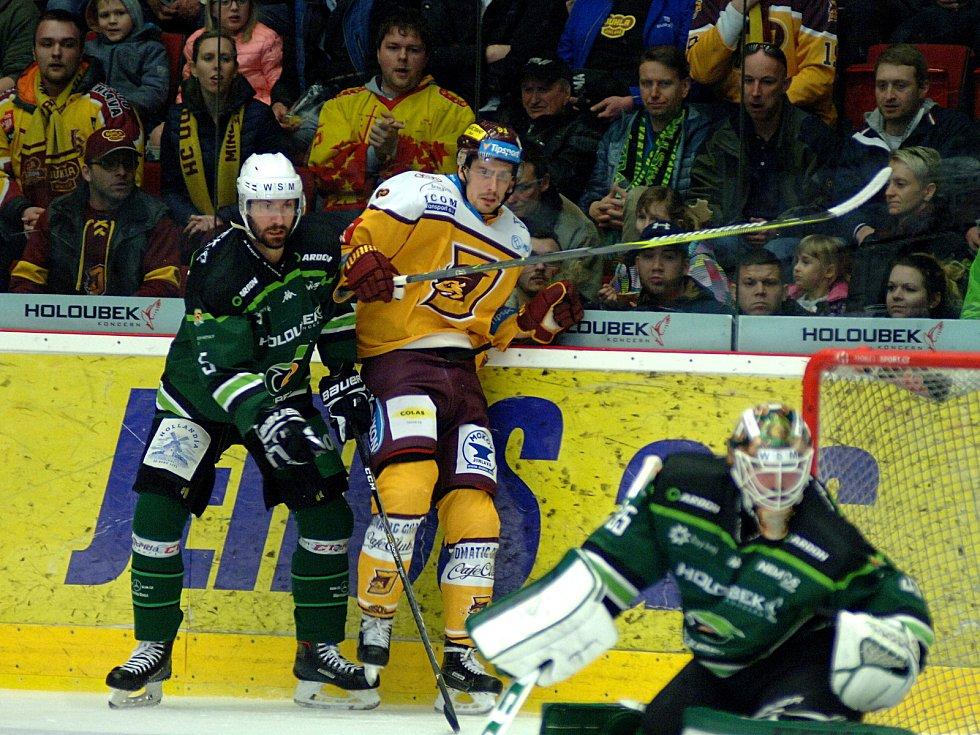 Hokejisté HC Energie (v zeleném) hostili Jihlavu. Souboj u hrazení