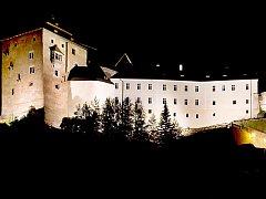 Bečovský památkový areál se slavnostním osvětlením.