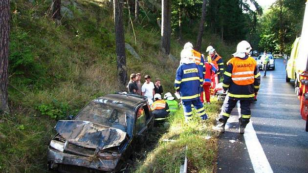 V serpeninách u Bečova nad Teplou sjelo auto do příkopu.