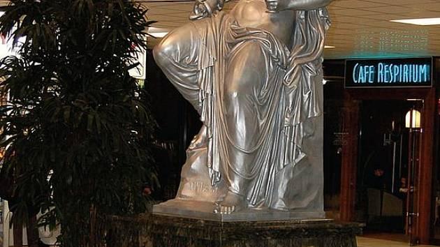 Socha Hygie ve Vřídelní kolonádě zůstane tam, kde je, ačkoliv měla být kvůli Infocentru původně přemístěna. To se z Lázeňské I přestěhuje do prostor Městské galerie.